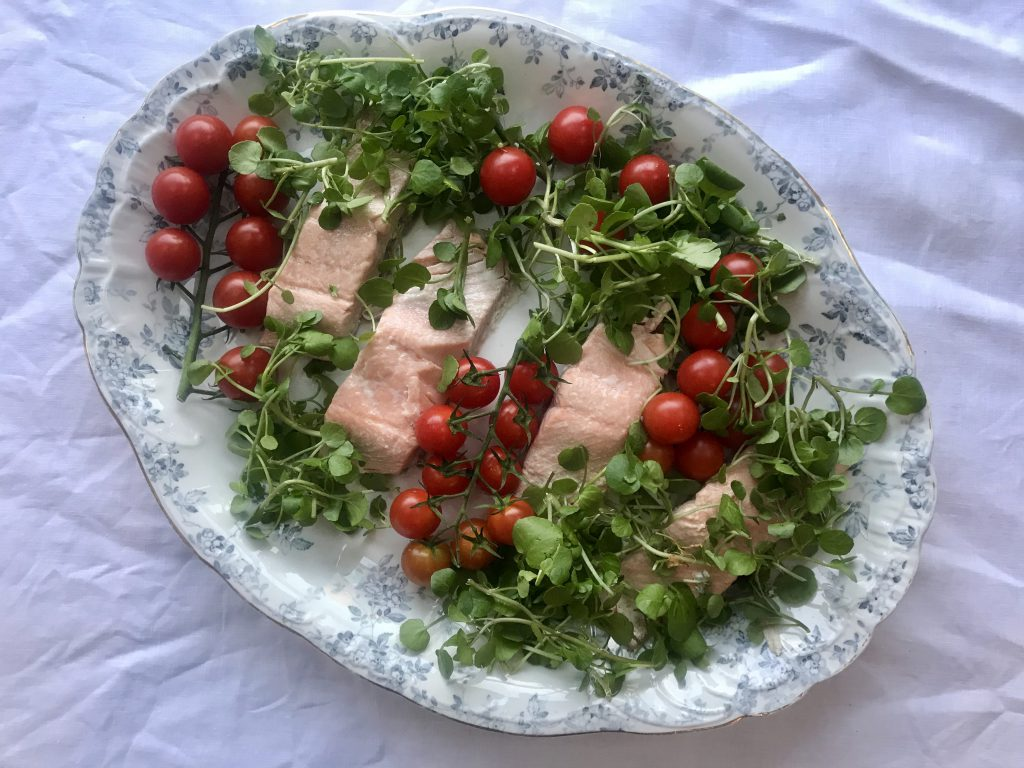 Salmon with watercress and tomatoe